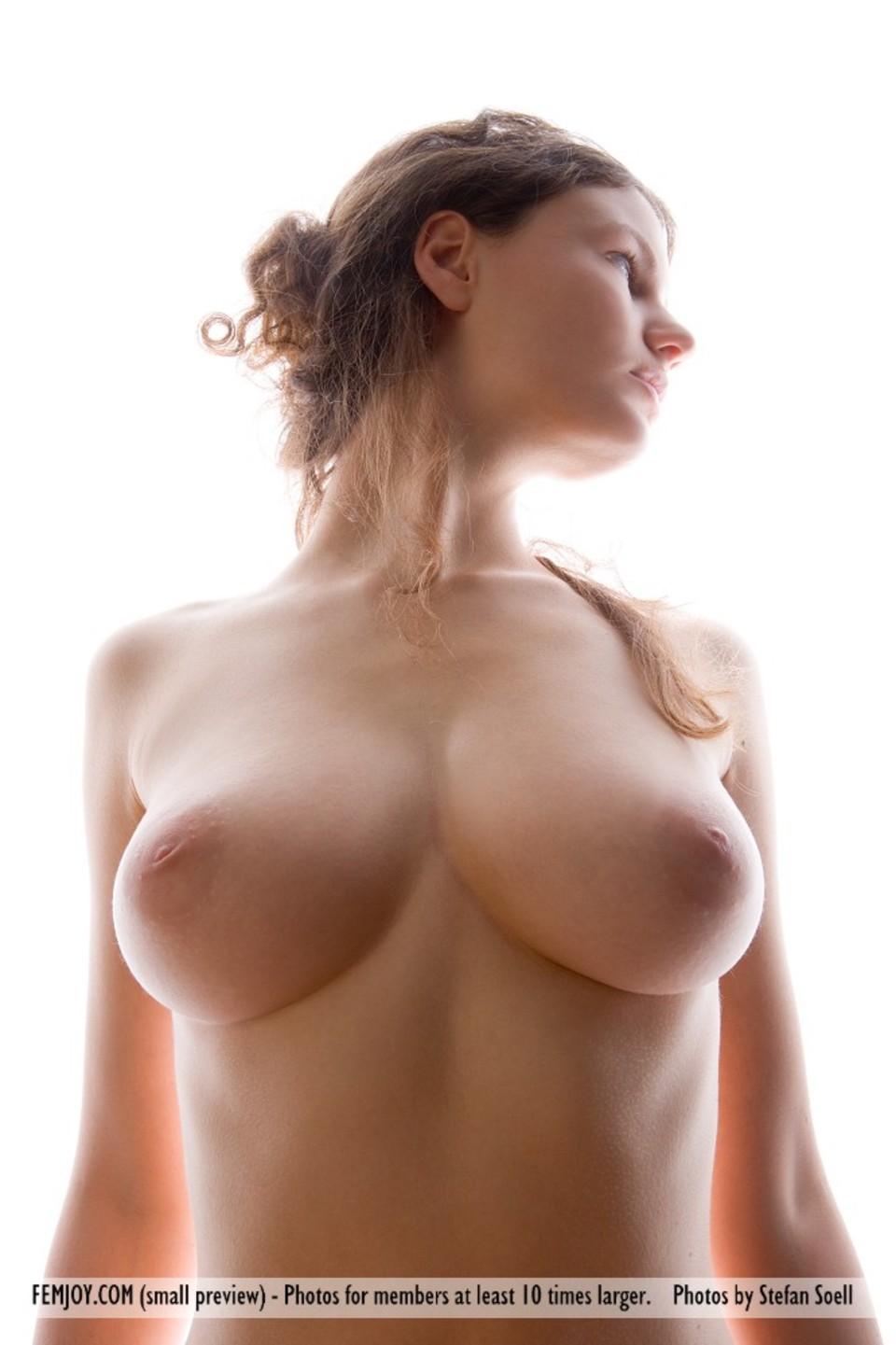 Голая девушка с одной грудью