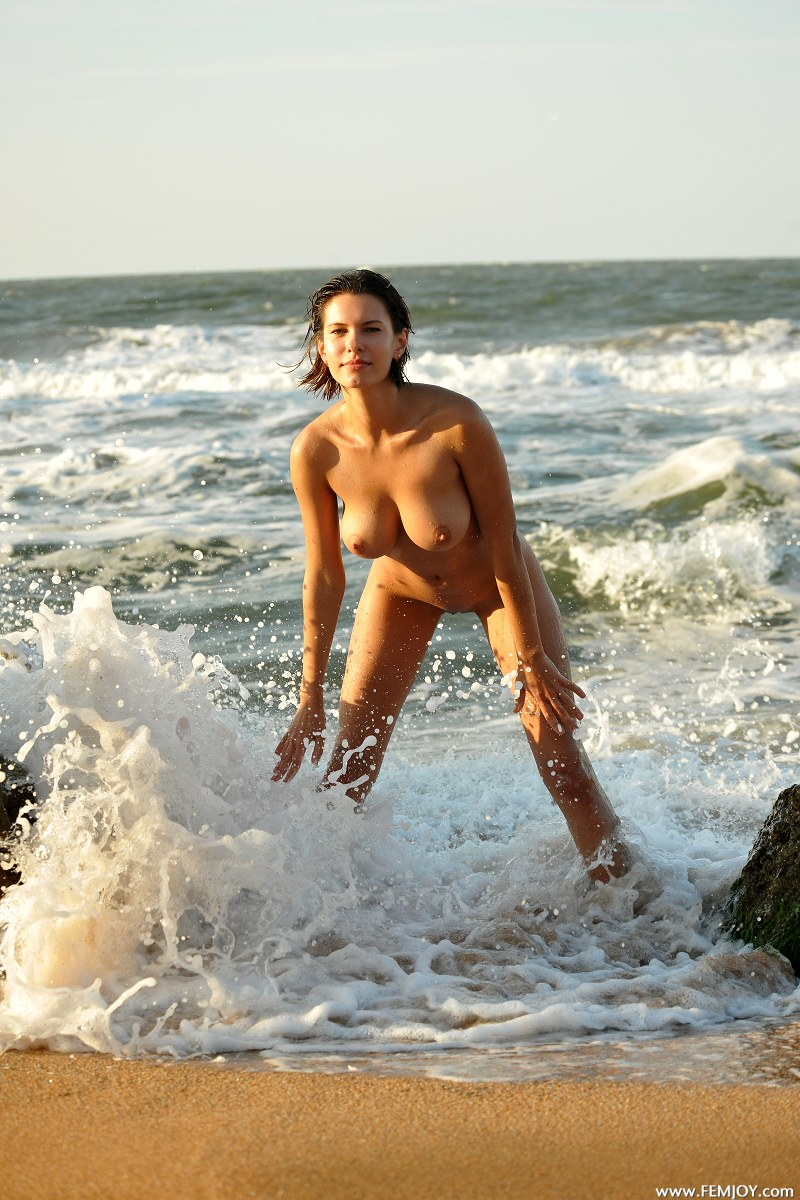 Весьма голая девушка на берегу спасибо