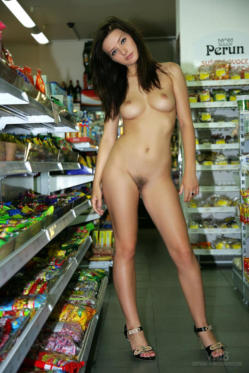klip-golaya-devushka-v-supermarkete